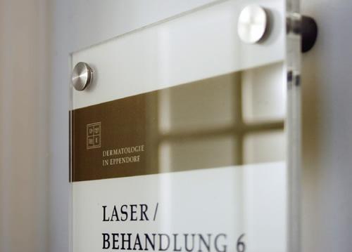 Dezente Kennzeichnung der Räume von Arztpraxen erfolgt über spezielle Glasschilder.