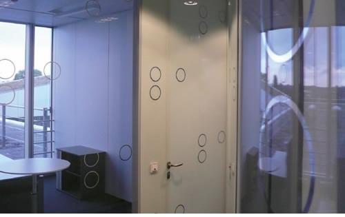 Umsetzung eines Orientierungssystems auf künstlerisch und designtechnisch höchstem Niveau bei Dräger in Lübeck